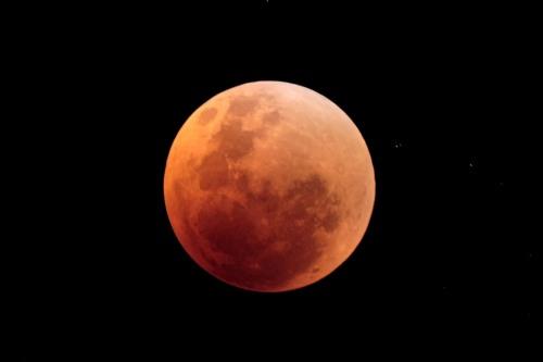 Mặt trăng lúc bị che khuất hoàn toàn